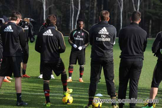 Wpid Essien With His New Team Mates At Milan Training