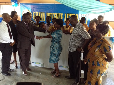 Mr Damoah presenting the board to Mrs Adoley