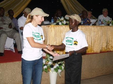 Sandra Gentile, General Manager, Hess Ghana Exploration Ltd, presenting the award to a scholar.