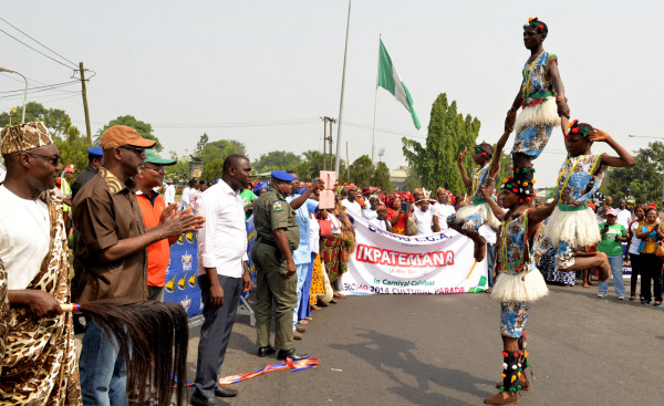(Cross River State Governor, Sen. Liyel Imoke admiring acrobatic display by the Ebonyi State Cultural Troupe in Calabar. Photo: Filed)