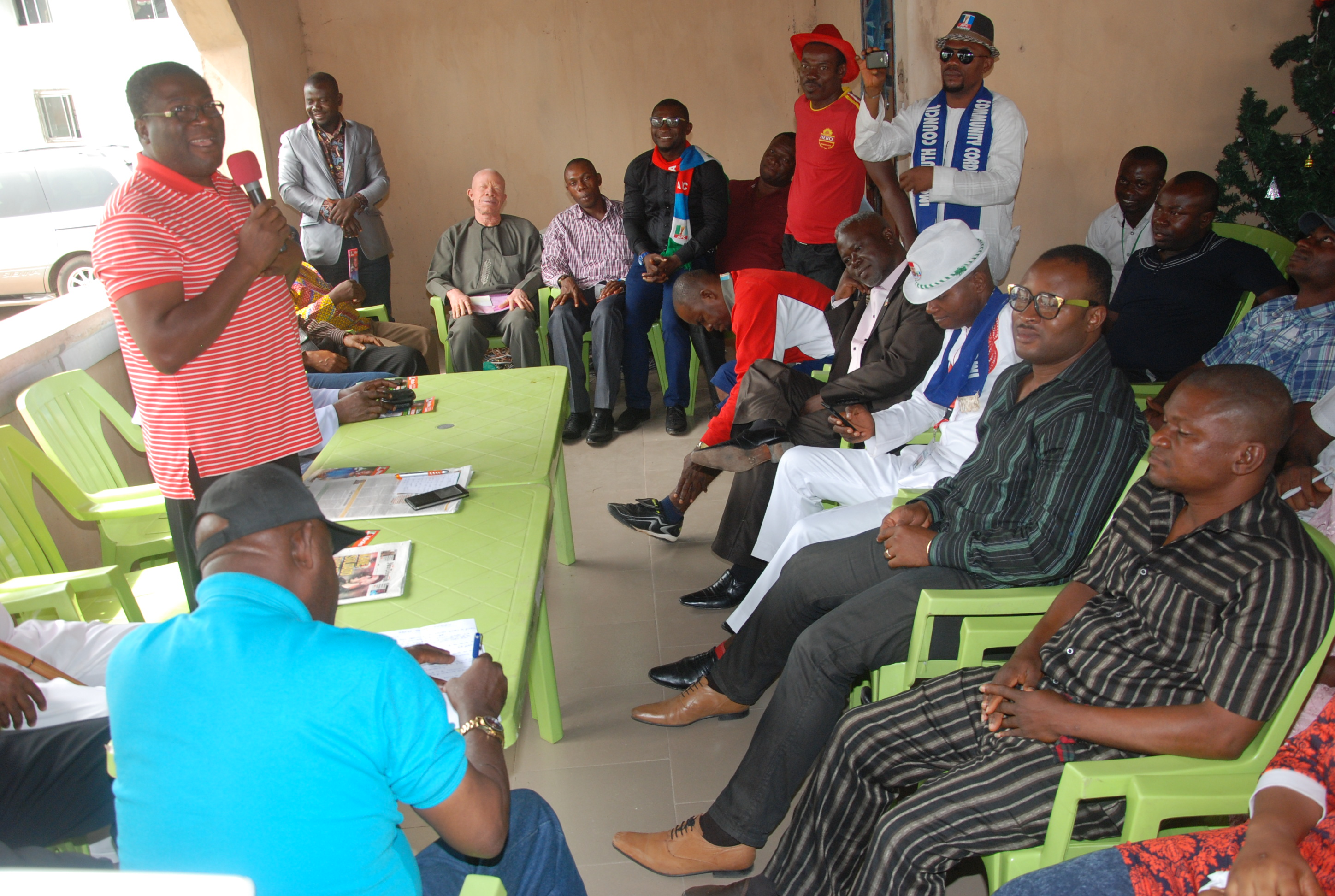 HIS EXCELLENCY, PRINCE EZE MADUMERE (MFR) ADDRESSING MBAITOLI-IKEDURU YOUTHS WHO A PAID A SOLIDARITY VISIT TO HIM
