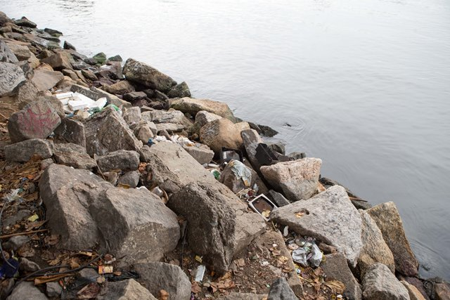 Rubbish is seen on Botafogo beach in the polluted Guanabara Bay in Rio de Janeiro, Brazil, on March 10, 2015. The Olympic 2016 sailing competitions will be hosted in the Guanabara Bay. Water pollution in this area has become a hot-button issue for Rio. (Xinhua/Xu Zijian)