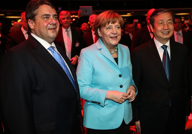 German Chancellor Angela Merkel(C), Chinese Vice Premier Ma Kai(R) and German Vice Chancellor, Economy and Energy Minister Sigmar Gabriel(L) attend the opening ceremony of CeBIT 2015 in Hanover, Germany, on March 15, 2015. Top IT business fair CeBIT 2015, which features a strong Chinese presence, kicked off on Sunday in Germany. (Xinhua/Zhang Fan)