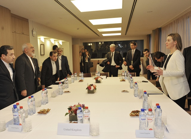 EU High Representative for Foreign Affairs and Security Policy Federica Mogherini (1st R) talks with Iranian Foreign Minister Mohammad Javad Zarif (2nd L) during a meeting of Iran nuclear negotiations with participation of foreign minister of Germany, France and Britain in Brussels, Beglium, March 16, 2015. (Xinhua/Ye Pingfan)