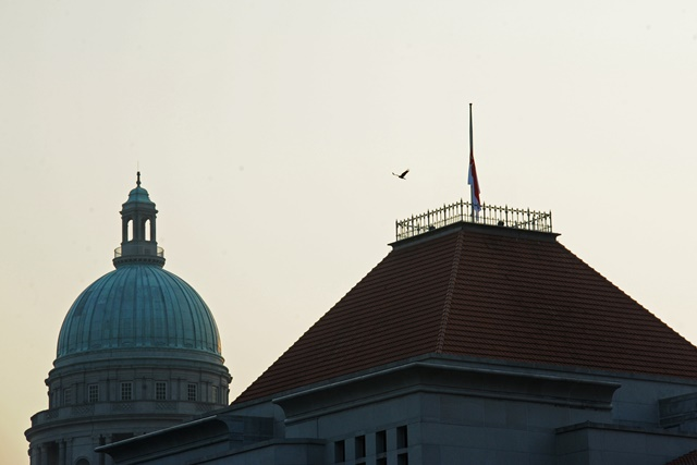 Singapore's national flag flies at half-mast at Singapore's Parliament House, March 23, 2015. Lee Kuan Yew, former prime minister of Singapore, died at 3:18 am on Monday at the age of 91, according to a statement released by the Prime Minister's Office (PMO) on Monday. (Xinhua/Then Chih Wey)