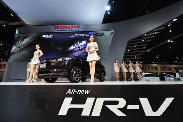 Models pose with a Honda HR-V SUV exhibited in the 36th Bangkok International Motor Show in Bangkok, March 25, 2015. The Bangkok International Motor Show will be held from March 25 to April 5. (Xinhua/Li Mangmang)(azp)