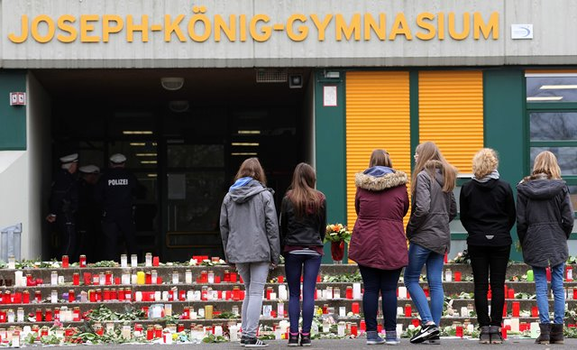 Students mourn in front of their school in Haltern, western Germany, March 25, 2015. Sixteen school children and two teachers were among the 150 victims that died in the Germanwings plane crash in the French alps on the way from Barcelona to Duesseldorf. (Xinhua/Luo Huanhuan)(hy)