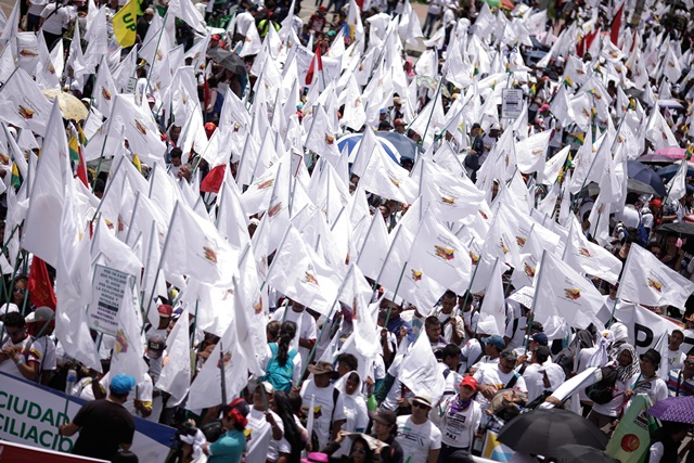 Residents take part in the march for peace, marking the National Day of Memory and Solidarity with the Victims of Armed Conflict, in Bogota, Colombia, on April 9, 2015. (Xinhua/Jhon Paz) (vf)