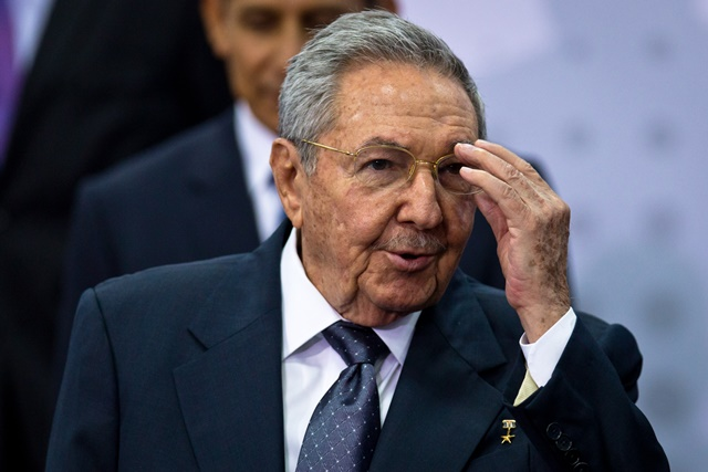 Cuban leader Raul Castro (C) attends the family photo event of the 7th Summit of the Americas in Panama City, capital of Panama, on April 11, 2015. (Xinhua/Liu Bin)