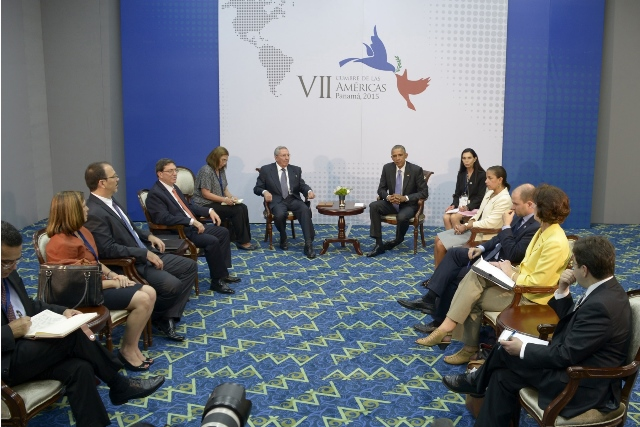 Cuban leader Raul Castro (L, Back) meets with U.S. President Barack Obama (R, Back) on the sidelines of the 7th Summit of the Americas in Panama City, capital of Panama, on April 11, 2015. U.S. and Cuban leaders held first face-to-face talks in over half a century on Saturday in Panama City, amid detente between the two nations. (Xinhua/Estudios Revolucion/Pool/Prensa Latina) (da)