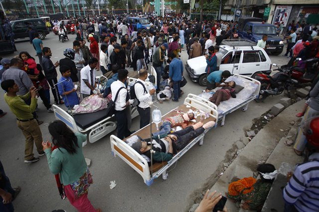 Injured people receive medical treatment after an earthquake in Kathmandu, capital of Nepal, on April 25, 2015. Death toll in Nepal climbed to 711, the country's Home Ministry said Saturday afternoon, hours after a major earthquake struck the country. (Xinhua/Pratap Thapa)