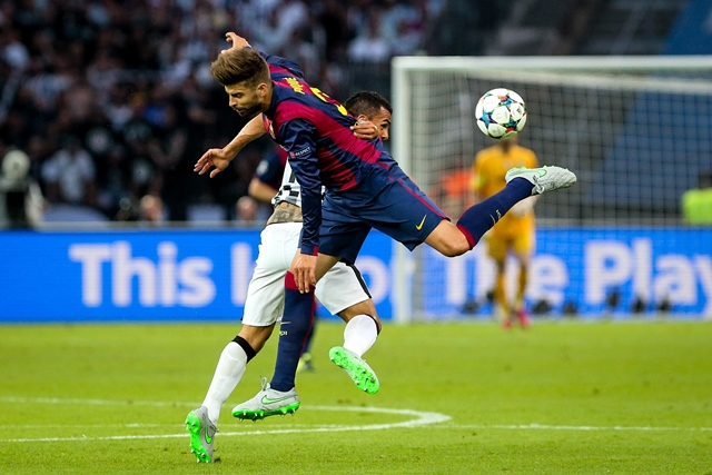 Gerard Pique (Front) of FC Barcelona vies for the ball during the UEFA Champions League final match between Juventus F.C. and FC Barcelona in Berlin, Germany, on June 6, 2015. (Xinhua/Zhang Fan)