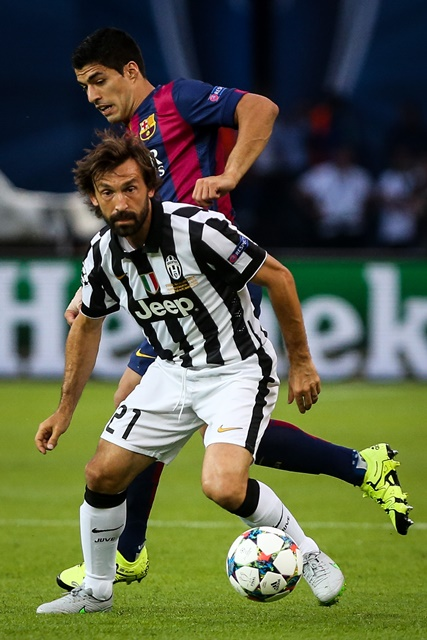 Andrea Pirlo (Front) of Juventus F.C. controls the ball during the UEFA Champions League final match between Juventus F.C. and FC Barcelona in Berlin, Germany, on June 6, 2015. (Xinhua/Zhang Fan)
