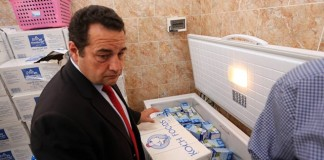 French member of Parliament Jean-Frederic Poisson dispatches food for illegal immigrants during his visit to a detention center for illegal immigrants near Tripoli, Libya, on July 4, 2015. Poisson flew to Tripoli on Saturday for a 24-hour visit to talk with Libyan authorities on migrant issues. (Xinhua/Hamza Turkia)