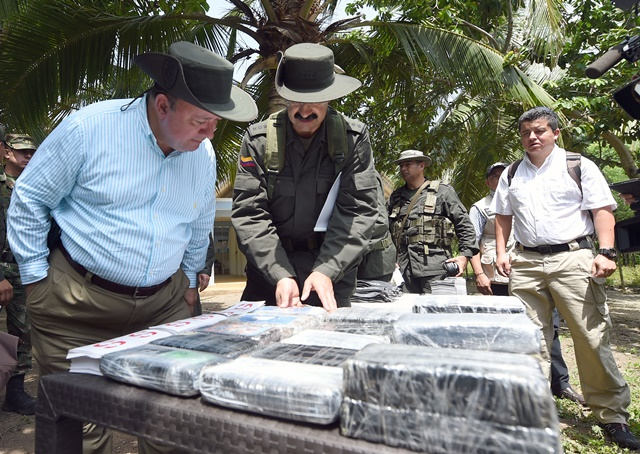Image provided by the Defense Ministry of Colombia shows Colombian Defense Minister Luis Carlos Villegas (L) inspecting after an operation in a jungle area in Acandi, Colombia, July 6, 2015. Luis Carlos Villegas informed that Colombia seized 3 tons of cocaine, allegedly with Mexico as the destination. (Xinhua) (zjy)