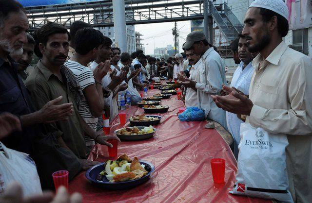 Pakistani Muslims pray before breaking their fast during Ramadan in southern Pakistani port city of Karachi on July 7, 2015. (Xinhua/Masroor)