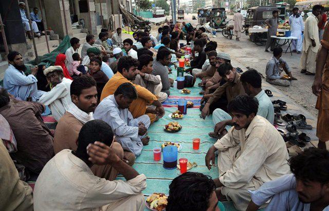 Pakistani Muslims break their fast during Ramadan in southern Pakistani port city of Karachi on July 7, 2015. (Xinhua/Masroor)