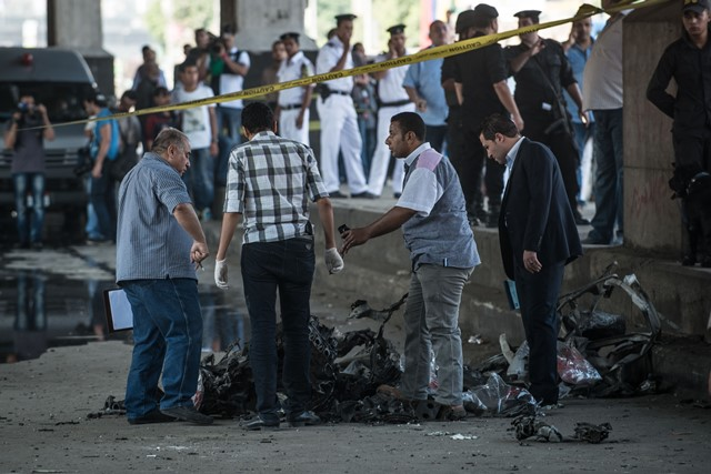 Security personnel check the explosion site in front of Italian consulate in downtown Cairo, Egypt, July 11, 2015. A powerful explosion occurred in front of Italian consulate in downtown Cairo Saturday, killing one person and injuring four, state-run news agency MENA reported.  (Xinhua/Pan Chaoyue) (cl)
