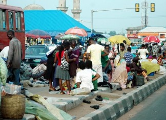 Nigeria's residents are seen shopping ahead of Eid Al-Fitr festival in Lagos, southwest Nigeria, July 15, 2015. The Nigeria's federal government has declared July 17 and July 20 as public holidays to mark the Id-El-Fitr celebration. (Xinhua/Dare)