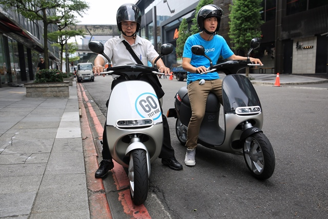 A citizen (L) test drives a gogoro motorcycle or Smartscooter in Taipei, southeast China's Taiwan, July 17, 2015. The Smartscooter is designed to be able to run 100 kilometers at a speed of 40 kilometers per hour powered by two batteries. Customers can get fully-charged batteries by swapping batteries at 32 battery swap stations in Taipei. The number of the stations are expected to rise to 150 by the end of this year. (Xinhua/Cai Yang) (lfj)