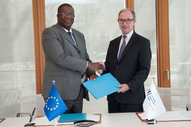 Dolapo Ogundimu receiving contract from Pat Walsh, EIB Director responsible for operations outside Europe