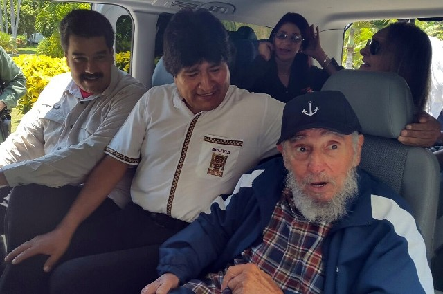 Bolivia's President Evo Morales (C), and his Venezuelan counterpart Nicolas Maduro (L), accompany former Cuban leader Fidel Castro, before heading to the celebration of Castro's 89th birthday, in Havana, Cuba, on Aug. 13, 2015. (Xinhua/ABI) (fnc)