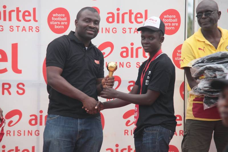Airtel Volta and Eastern Zonal manager Kweku Boateng presents gold trophy to Greater Accra.