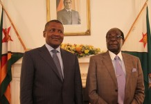 Zimbabwean President Robert Mugabe (R) meets with Nigerian business man Aliko Dangote at State House in Harare, capital of Zimbabwe, Aug. 31, 2015. Aliko Dangote, ranked as the richest African visited Zimbabwe to explore business adventures. (Xinhua)
