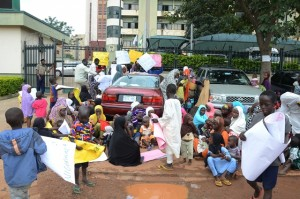 Internally displaced Persons (IDPs) from Partaker estate demonstrate at the entrance of the National Human Rights Commission in Abuja, capital of Nigeria, Sept. 3, 2015. The IDPs took part in a demonstration on Thursday protesting against poor living conditions and eviction from their camp. (Xinhua/Olatunji Obasa)