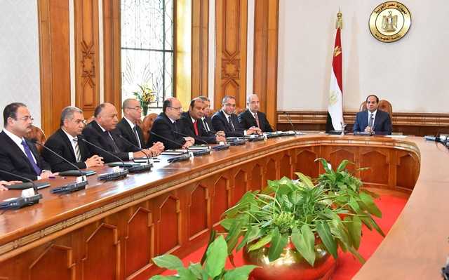 The handout photo from Egypt's state-run news agency MENA shows Egyptian President Abdel-Fattah al-Sisi (R) meeting with new government ministers in Cairo, Egypt, Sept. 19, 2015. Egyptian President Abdel-Fattah El-Sisi swore in on Saturday a new government, state media reported, just a week after the previous cabinet resigned following a corruption scandal. (Xinhua/MENA)