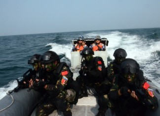 """Chinese special forces commandos take part in a joint escort exercise during Chinese and Malaysian first joint military drill, coded """"Peace and Friendship 2015"""", in the Malacca Strait, Sept. 19, 2015. (Xinhua/Jiang Long) (zw)"""
