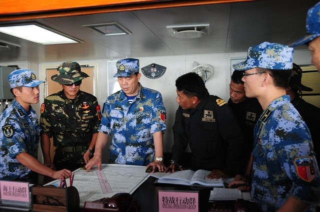 """Chinese and Malaysian commanders work together in a joint escort exercise during their first joint military drill, coded """"Peace and Friendship 2015"""", aboard Chinese missile destroyer Lanzhou in the Malacca Strait, Sept. 19, 2015. (Xinhua/Wang Yushan) (zw)"""