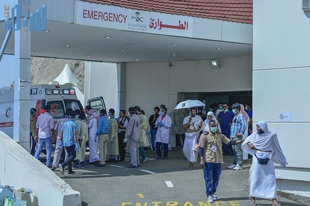 Health workers help the injured near the Saudi Arabia's holy Muslim city of Mecca, Sept. 24, 2015. Saudi Arabia's civil defense authorities said on its Twitter account that 150 pilgrims died and 400 other injured on Thursday in a stampede in Mecca. (Xinhua)