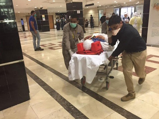 Health workers help the injured in Mina, near Mecca, Saudi Arabia, Sept. 24, 2015. Saudi authorities said the total number of pilgrims killed in the stampede Thursday in Mecca has risen to 453. (Xinhua/Sabaq Website) (djj)