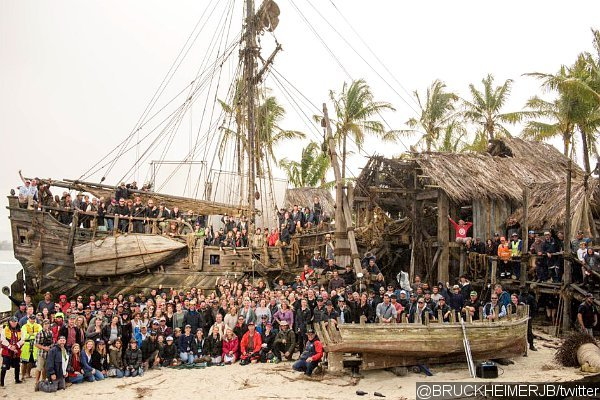 pirates-of-the-caribbean-5-cast-and-crew-gather-in-new-set-photo
