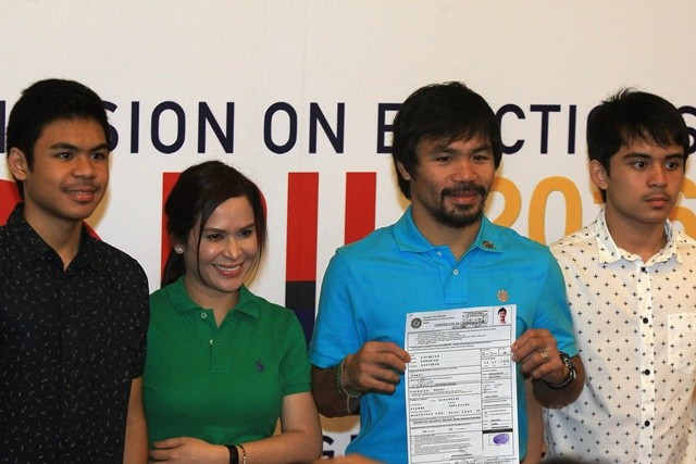 Philippine boxer Manny Pacquiao(2nd R) poses with his wife Jinkee (2nd L) and children at the Commission on Elections building in Manila, the Philippines, Oct. 16, 2015. The Philippines' election season kicked off Oct. 12 and Pacquiao is one of the most popular senatorial candidates.(Xinhua/Rouelle Umali)