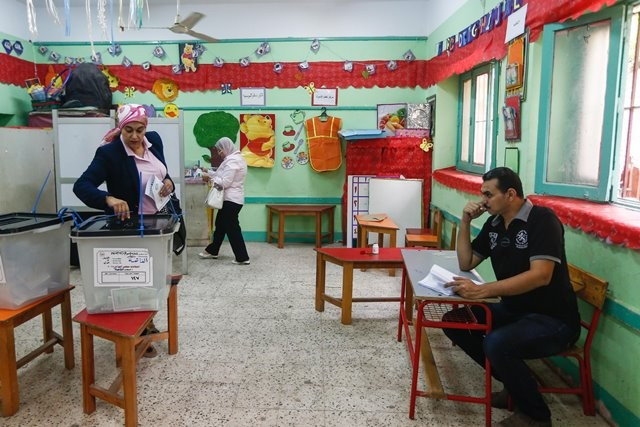 A woman voter register casts her ballot in a polling station in Giza, Egypt, on Oct. 18, 2015. The first day of the first phase of Egypt's parliamentary elections concluded here on Sunday with low turnout. (Xinhua/Cui Xinyu)