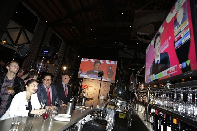 Liberal party supporters watch Justin Trudeau's speech on TV at a pub in Vancouver Oct. 19, 2015. The Liberal party led by Justin Trudeau defeated Prime Minister Stephen Harper's Conservatives in the general elections on Monday, according to the preliminary results published by the Elections Canada early Tuesday. (Xinhua/Liang Sen)