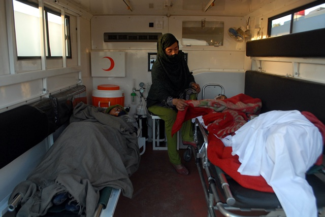 Injured people are seen in an ambulance after the severe earthquake in northwest Pakistan's Peshawar, Oct. 27, 2015. Pakistani Information Minister Pervaiz Rashid said on Tuesday that the country would not seek international aid for the people affected by the powerful earthquake that killed nearly 250 people and displaced thousands others. (Xinhua/Umar Qayyum)