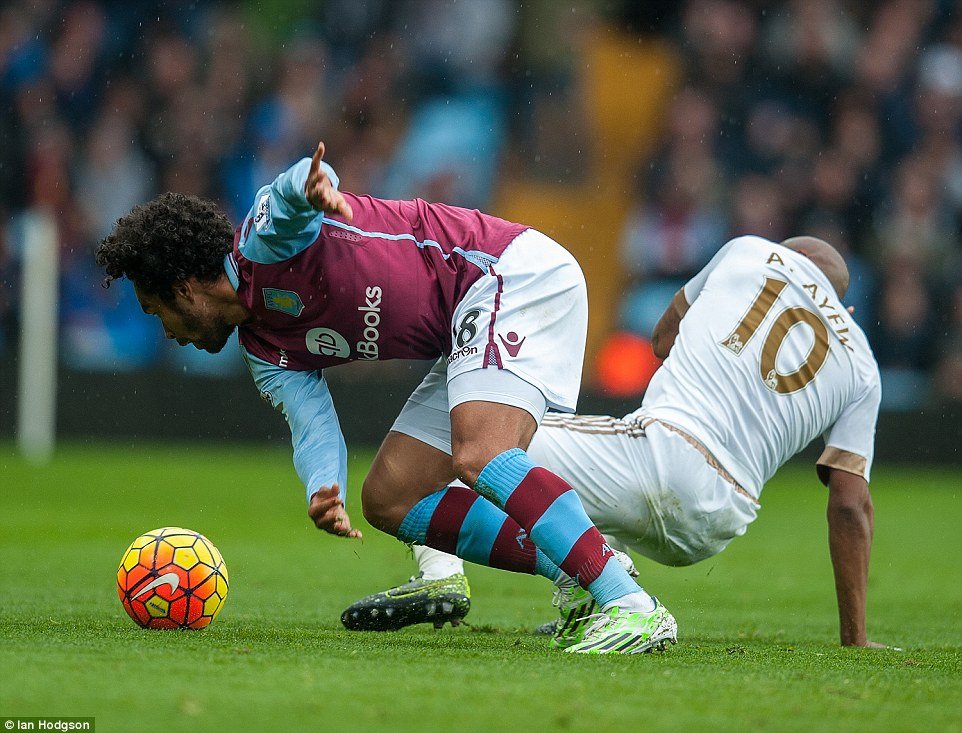 Kieran Richardson (left) and Andre Ayew (right) compete for the ball during the Premier League clash