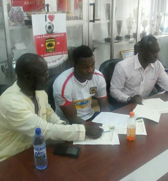 Ernest Sowah signed a contract on Thursday to join Asante Kotoko