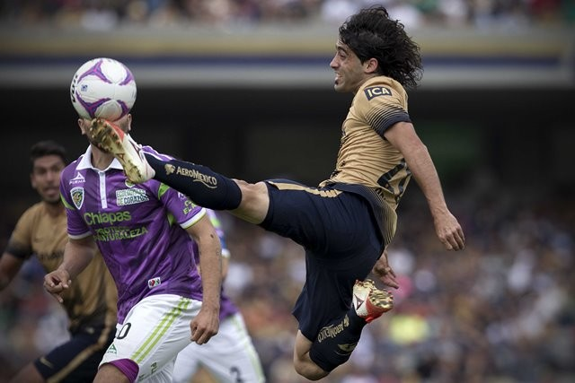 UNAM's Pumas Matias Britos (R) vies for the ball with Jaguares' Felix Araujo during the match of the 2015 Opening Tournament of MX League at Olympic University Stadium in Mexico City, capital of Mexico, on Oct. 25, 2015. Jaguares won the game 3-2. (Xinhua/Alejandro Ayala) (jp) (fnc)
