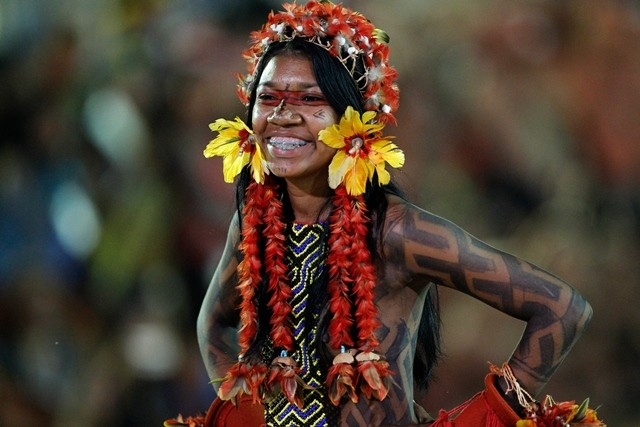 Image taken on Oct. 24, 2015 of an indigenous girl of the Karaja Xambioa ethnicity of Mato Grosso state, Brazil, presenting her typical costume during the first edition of the World Indigenous Peoples Games, in Palmas, Tocantins state, Brazil. The World Indigenous Peoples Games will be held until Oct. 31, with the participation of 1,800 indigenous athletes, of which 1,100 are of Brazilian ethnicities and other 700 came from 23 countries. (Xinhua/Raimundo Pacco/Framephoto/Estadao Conteudo/AGENCIA ESTADO) (da) (ah) ***BRAZIL OUT***