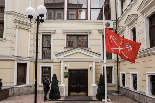 A flag flies at half mast at the Administration of St. Petersburg in Moscow, Nov. 1, 2015, to mourn the victims aboard the Russian plane that crashed Saturday in Egypt's Sinai. (Xinhua/Evgeny Sinitsyn)