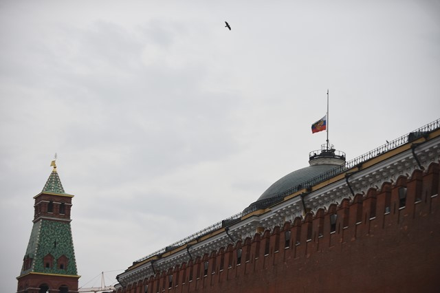 A flag flies at half mast at the Kremlin in Moscow, Nov. 1, 2015, to mourn the victims aboard the Russian plane that crashed Saturday in Egypt's Sinai. (Xinhua/Dai Tianfang)