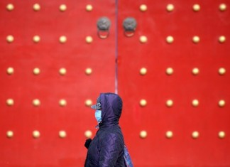 A citizen walks on a smoggy day in Shenyang, capital of northeast China's Liaoning Province, Nov. 10, 2015. Heavy air pollution in northeast China will continue until Nov. 14, partially fueled by burning coal for public heating, according to the Ministry of Environmental Protection. (Xinhua/Yao Jianfeng)