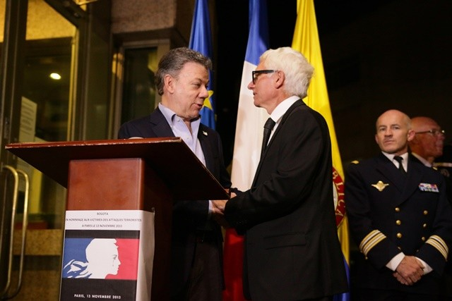 Image provided by Colombia's Presidency shows Colombian President Juan Manuel Santos (L) shaking hands with French Ambassador to Colombia Jean-Marc Laforet (C) after signing the condolence book for the victims in the terrorist attacks in Paris, during his visit to the French Embassy in Bogota, Colombia, Nov. 14, 2015. (Xinhua/Colombia's Presidency) (zjy)