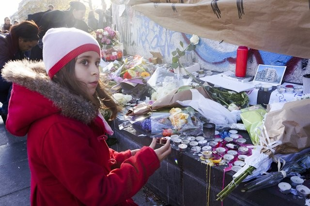 A girl mourns for the victims of the terrorist attacks at the Place de la Republique square in Paris, capital of France, Nov. 15, 2015. (Xinhua/Wang Chaowen)