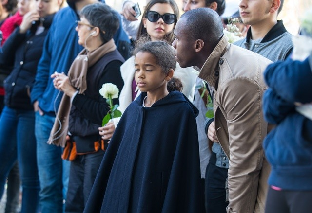 A child mourns for the victims of the terrorist attacks near the Bataclan concert hall in Paris, capital of France, Nov. 15, 2015. (Xinhua/Xu Jinquan)