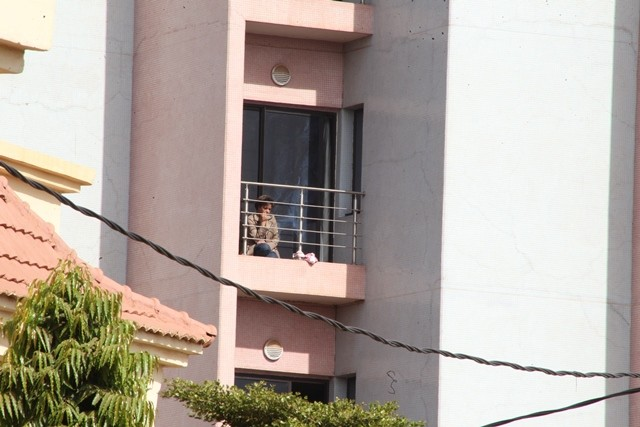 A hostage waits on the balcony for rescue at Radisson Blu hotel, Bamako, Mali, Nov. 20, 2015. At least 22 people were killed on Friday after Malian forces staged a rescue mission to free hostages held by gunmen at Radisson Blu hotel in capital Bamako. Three Chinese citizens were killed and four other rescued in the attack, the Chinese Embassy in Mali confirmed to Xinhua on Friday. (Xinhua)